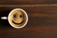 早晨好咖啡在木背景的微笑杯子 库存图片
