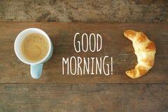 早晨好咖啡用新月形面包 免版税库存照片
