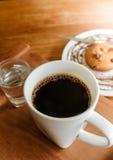 早晨好微笑咖啡用曲奇饼和水 库存图片