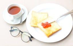 早晨好愉快的膳食集合咖啡和面包薯类 库存照片