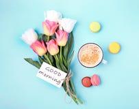 早晨好概念 花和咖啡顶视图 免版税库存图片