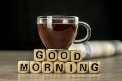 早晨好用咖啡和报纸 免版税图库摄影