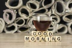 早晨好用咖啡和报纸 库存照片