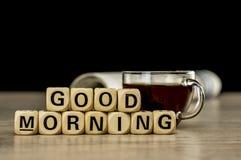 早晨好用咖啡和报纸 免版税库存照片