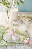 早晨好!俄国蛋白软糖或和风与瓶和杯牛奶在树背景 春天构成 图库摄影