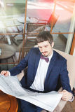 早晨好!读报纸的商人在咖啡馆,哀悼 免版税库存图片