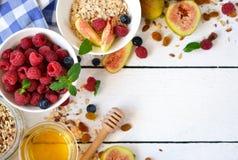 早晨好-格兰诺拉麦片用蜂蜜、莓果和果子 库存图片