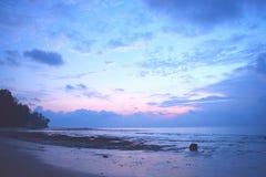 早晨好-黎明的颜色在天空的在平静的海滩-在日出-西塔普尔,尼尔海岛,安达曼尼科巴,印度前的几小时 库存照片