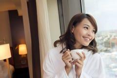 早晨妇女用咖啡 免版税库存图片
