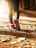 早晨室外连续妇女脚在鞋子关闭  免版税库存图片