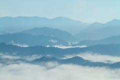 早晨山谷风景的热带森林在薄雾,在观点Khao Kai Nui, Phang Nga,泰国 免版税库存图片