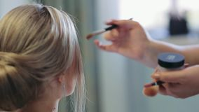 早晨新娘 化妆师在工作 新娘组成s 化妆师申请构成于一个可爱的年轻新娘 关闭 影视素材