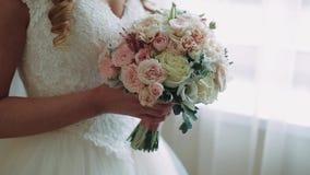 早晨新娘 新娘拿着在她的胳膊的花并且转动她 关闭 股票录像