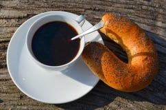 早晨无奶咖啡和新月形面包 免版税库存照片