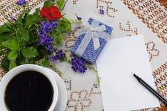 早晨无奶咖啡用快乐的微笑的曲奇饼 免版税库存图片
