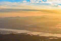 早晨日出和有雾山 库存照片