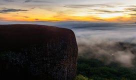 早晨日出和有雾树岩石鲸鱼山在Bungkan 图库摄影