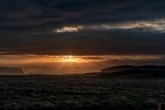 早晨日出在冰岛 多云天空 在云彩上的阳光 日出 早晨 库存照片