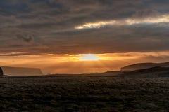早晨日出在冰岛 多云天空 在云彩上的阳光 免版税库存图片
