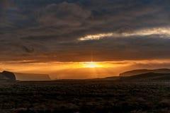 早晨日出在冰岛 多云天空 在云彩上的阳光 库存图片