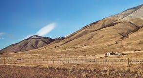 早晨日出安地斯山在巴塔哥尼亚阿根廷,南美环境美化 土气印第安人混血儿农场 秋天横向 库存图片