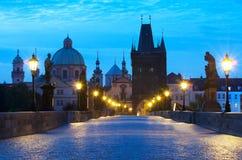 早晨日出查尔斯桥梁布拉格 免版税库存图片