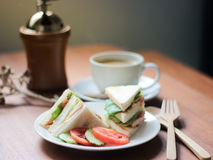 早晨早餐、闭合的沙拉三明治用热的咖啡和研磨机 免版税库存图片