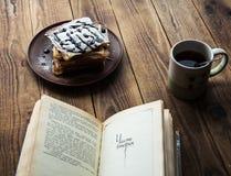早晨早餐和书在木背景 库存照片