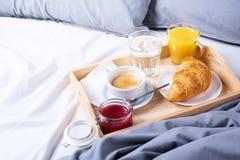 早晨早餐床木盘子咖啡新月形面包 免版税库存图片