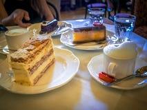 早晨早餐用咖啡和蛋糕在维也纳咖啡馆 图库摄影