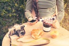 早晨早餐的女孩旅客 免版税库存照片