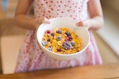 早晨早餐,拿着玉米片谷物, s的小女孩手 库存照片