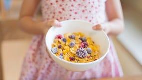早晨早餐,拿着玉米片谷物, s的小女孩手 图库摄影