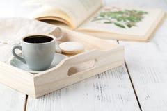 早晨早餐,杯子用咖啡,在一个木盘子的书 免版税图库摄影