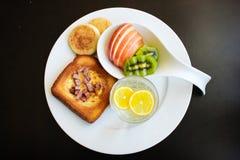 早晨早餐-在孔的鸡蛋 免版税库存照片
