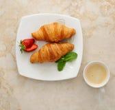 早晨早餐-新月形面包用咖啡 免版税库存图片