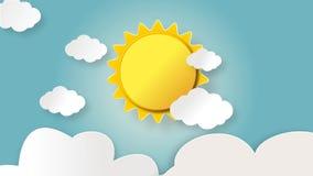 早晨时间上升和与浮动云彩的光亮的黄色太阳 股票录像