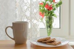 早晨时间 白色咖啡或茶,有cookieon的白色板材 图库摄影