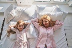 早晨星期天 顶视图年轻美丽母亲和她逗人喜爱 库存图片