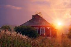 早晨晴朗的村庄 免版税库存照片