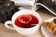 早晨柠檬茶用新月形面包 库存图片