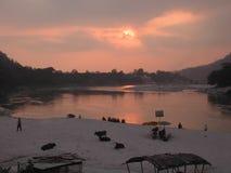 早晨河沿视图 免版税图库摄影