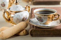早晨浓咖啡和曲奇饼savoiardi在桌上 免版税库存图片