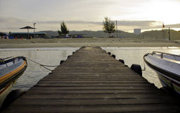 早晨海滩和码头在中国 免版税库存图片