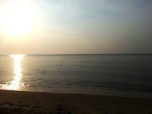 早晨海滩日出 免版税图库摄影