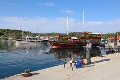 早晨渔的希腊人在爱琴海的岸 库存图片
