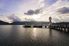 早晨港口有山和云彩看法  库存照片