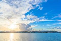 早晨港口,冲绳岛天空和海  免版税库存图片