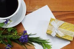 早晨热的咖啡vesenie pechenie和地方祝贺的 库存图片