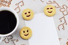 早晨热的咖啡vesenie pechenie和地方祝贺的 免版税图库摄影